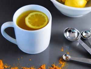 Cure de Détoxification quotidienne : l'eau de citron chaude avec du curcuma